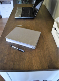 Landelijk wit bureau op barhoogte 130 cm br. x 60 cm d. x 94 cm hg. CR