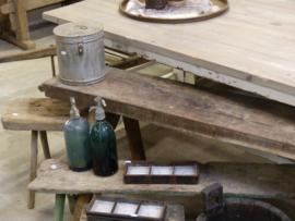 Grote voorraad sobere houten krukjes en banken