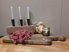 Oude doorleefde broodplank met stoer touw