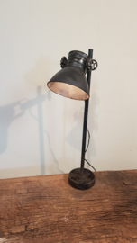 Oud zwarte  metalen tafellamp sunburn