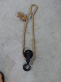 Zwarte ijzeren katrol met touw