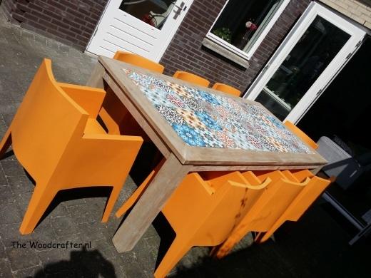 tuintafel met kunststof stoelen en Portugese tegels