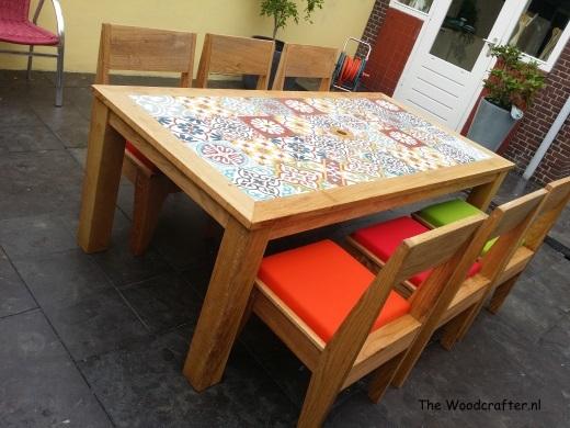 Hippe tuinmeubelen met stoelen en Portugese tegels