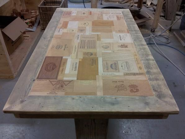 Tafel met blad van sigarenkistjes