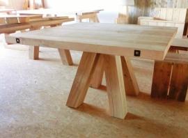 Eiken tafel met schuine blokpoten