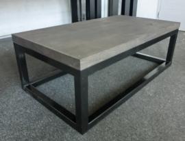 Eiken salontafel met zwart stalen-onderstel
