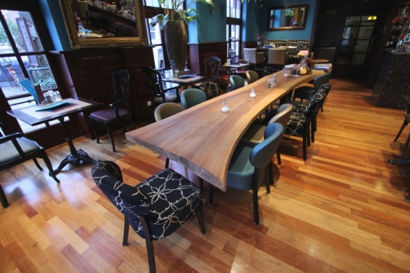 lange eiken boomstam massieve tafel bij Gulden Vlies Alkmaar