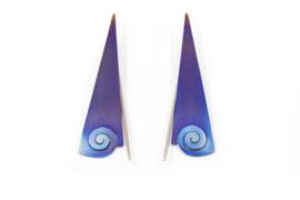 AW Edelsmeden - Gekleurd titanium oorhangers met krul - AWO - 5