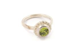 Myjung Kim - Zilveren ring met groene peridot - 10132