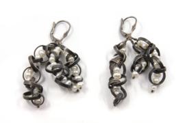 Dorien de Jonge - Gezwart zilveren oorhangers met zoetwaterparels - 5O19