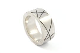 Galerie Puur - Strakke stevige ring met geometrische lijnen - 1006