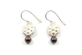 Juwelen Praten - Zilveren oorhangers met zoetwater parel - 11072