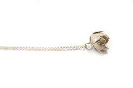 Maja Lava - Zilveren collier met bloemknop hanger - 10932