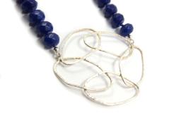 Dorien de Jonge - Blauw collier met zilveren hanger - 3K05