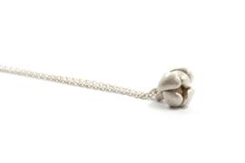 Maja Lava - Zilveren collier met bloemknop hanger - 10936