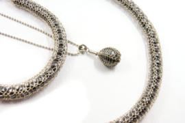 Inge Goedbloed - Parel collier omhuld met gebreid zilverwerk - 10823