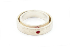Galerie Puur - Dubbele zilveren ring met robijntje