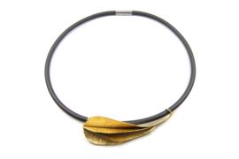Janneke de Bruin - Rubber collier met vergulden gevouwen hanger - 10450