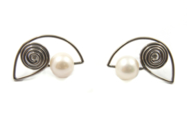 AW Edelsmeden - Titanium oorstekers met zoetwaterparel - AWO -19