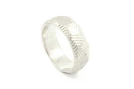 Galerie Puur - Ring zilver met bewerkt oppervlak - 9711