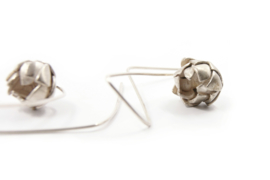 Maja Lava - Zilveren oorhangers met bloemknop - 10931