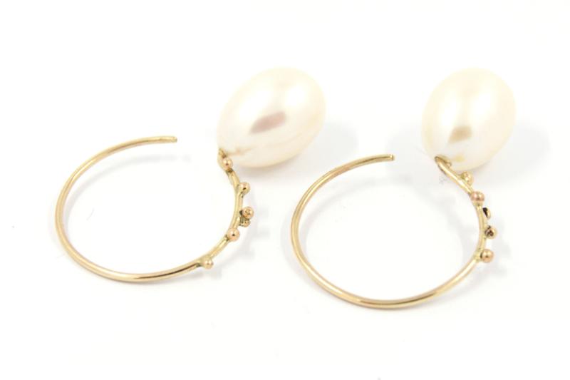 Galerie Puur - 18 karaats geel gouden oorbellen met zoetwater parels en balletjes - 11361