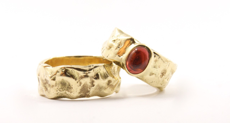 Trouwringen Molten Gold Cabuchon Garnet