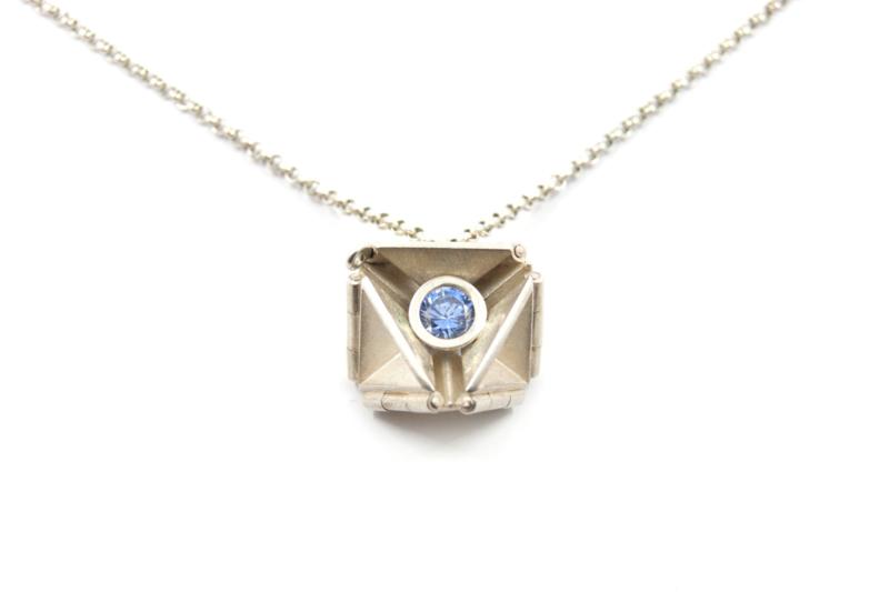 Janneke de Bruin - Collier met hanger driehoek scharnieren - 10457