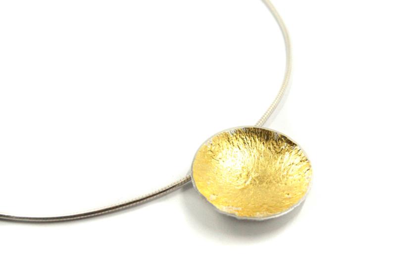 Lesley Zijlstra - Omega collier met zilveren hanger met bladgoud - 10365
