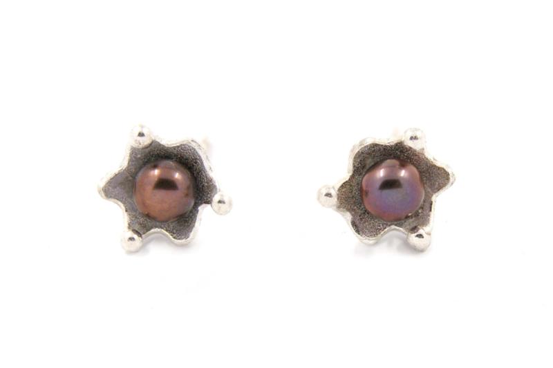 Corinne van Kamp - Oorstekers met paars kleurige parel - 10392