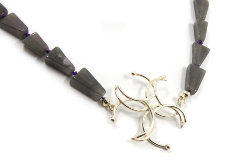 Dorien de Jonge - Grijs collier met zilveren hanger - 3K12