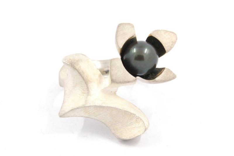 Hans van der Leen - Ring zilver bloem met zwarte parel - 10699.HLR198
