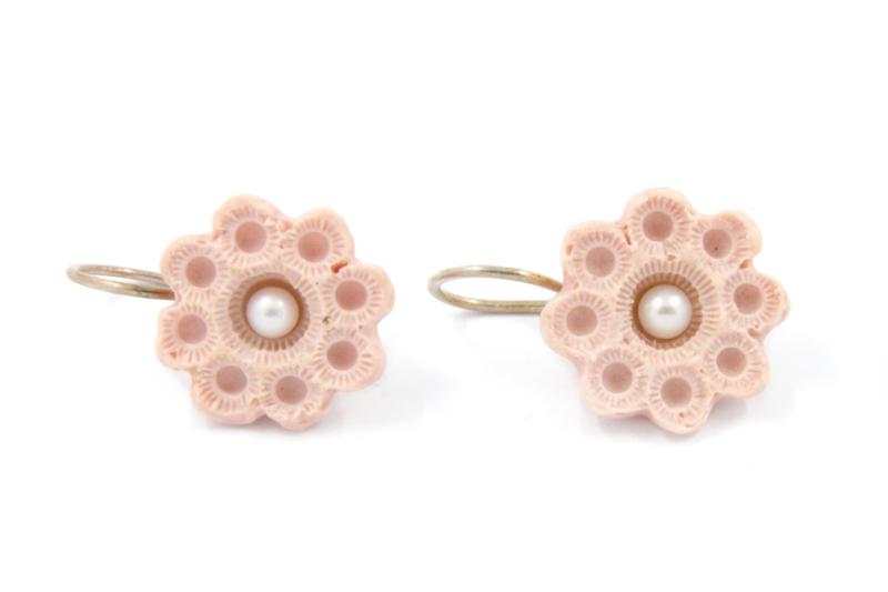 Hester Zagt - Oorhangers met  roze porseleinen bloem - 11193