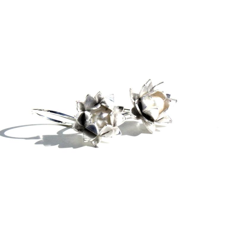 Corinne van Kamp - Lotus oorbel wit - 11674