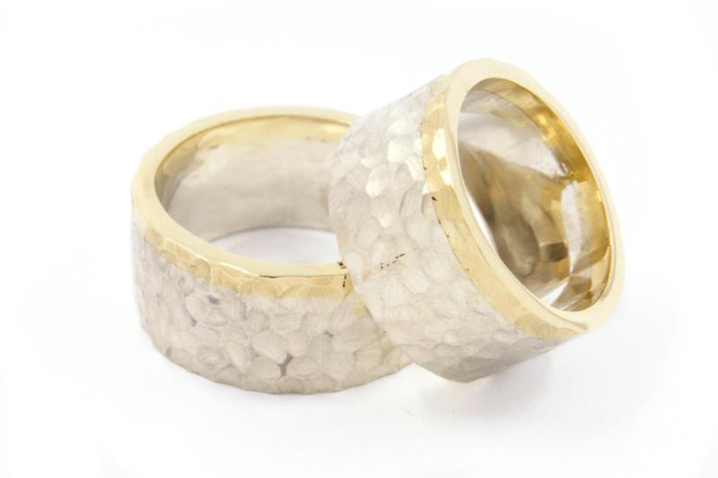 Galerie Puur - Hamerslag ring met gouden rand - 11018