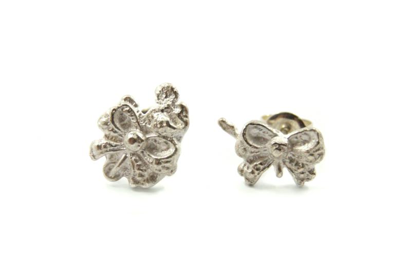 Juwelen Praten - Asymmetrische strik oorbelletjes - 11075