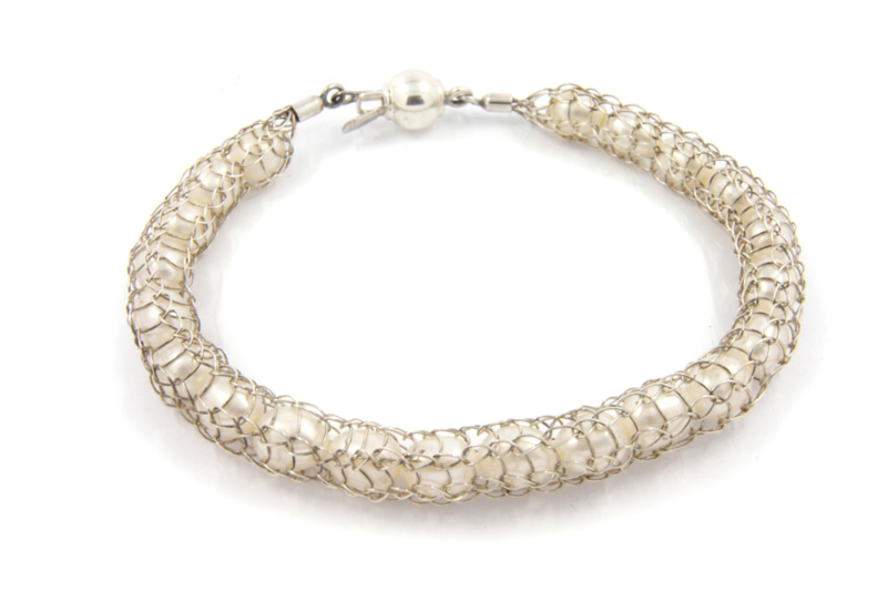 Inge Goedbloed - Parel armband omhuld met gebreid zilverwerk - 11092