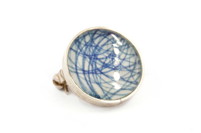 Galerie Puur - Broche met blauwe lijnen