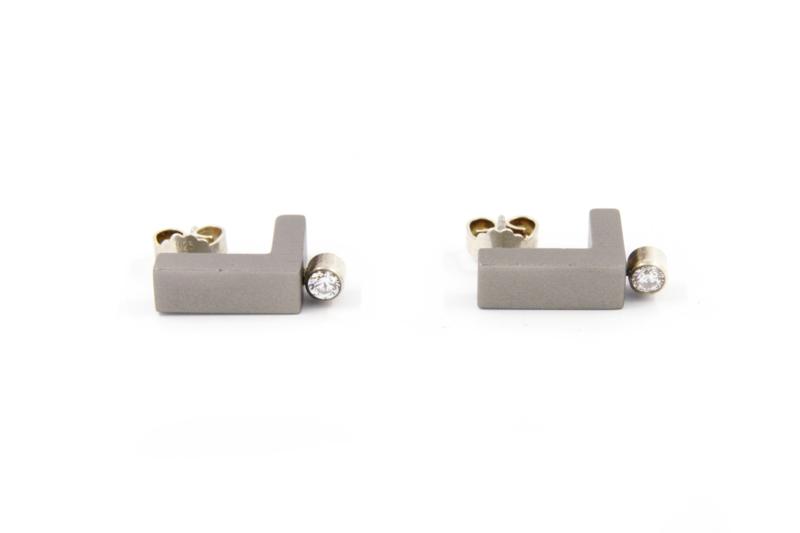 Susanne Schaars - Oorbellen aluminium met zilver en zirconia- E1GREY