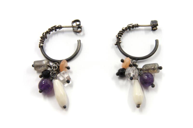Dorien de Jonge - Zilver met blitsbeits bewerkte oorstekers rond - 5O01