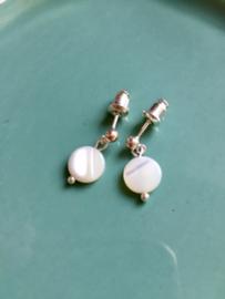 NIEUW - EXCLUSIEF - Echt zilveren oorstekers met ronde paarlemoer hangers