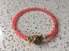 SALE - Armband van zachtrode jade met goudkleurig filigrain bakslot