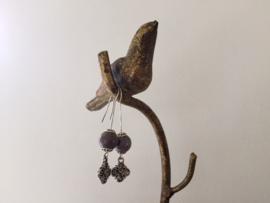 Lange silver plated oorbellen met klavertje vier en grijze edelsteen