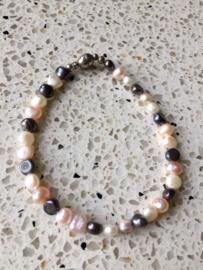 NIEUW - Armband van zoetwaterparels in roze, wit en antraciet