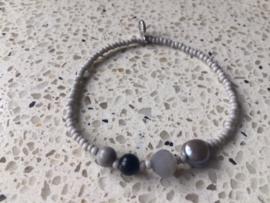 NIEUW - Muisgrijs fijn armbandje met zoetwaterparel en edelstenen