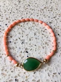 NIEUW - EXCLUSIEF - Armband van bloedkoraal met gold filled onderdelen en facetgeslepen groene steen