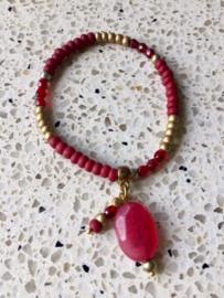 SALE - Armband in dieprood met rode steen en goudkleurige accenten