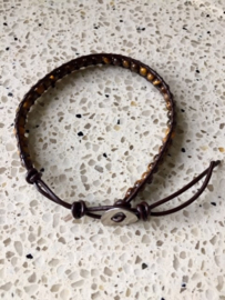 NIEUW - Armband van donkerbruin leer met natuurstenen kralen