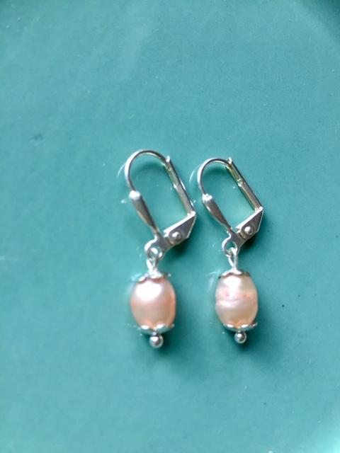 OP BESTELLING - EXCLUSIEF - Zilveren oorbellen met zalmroze zoetwaterparel