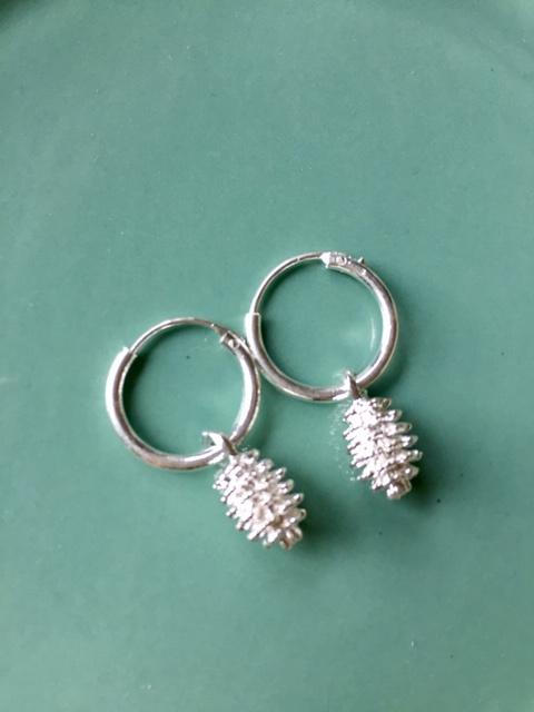NIEUW - EXCLUSIEF - Kleine zilveren oorringen met dennenappel